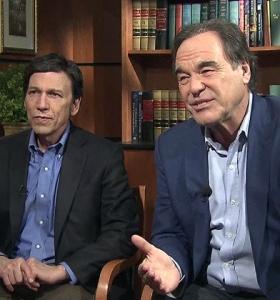 Oliver Stone (direita) e o historiador Peter Kuznick