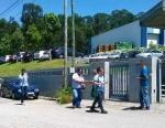 1559-2-candidato-da-lista-da-cdu-no-distrito-de-aveiro-contacta-com-trabalhadores-em-oliveira-de-azemeis (1)